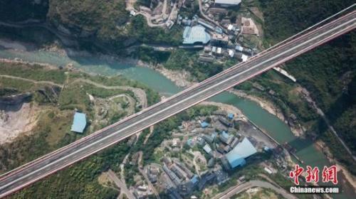 资料图:位于贵州省习水县的世界山区峡谷第一高塔悬索桥——赤水河红军大桥。中新社记者 瞿宏伦 摄